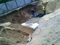 Pracownicy sprawdzający jakość zasypania rur