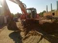 Koparka przygotowana do ładowania piachu
