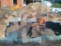 Rury i wykop zasypywane przez pracowników
