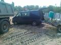 Samochód dostawczy z przyczepą na placu budowy