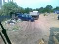 Samochód dostawczy oraz wywrotka na placu budowy