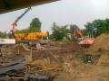 Dwie koparki oraz dzwig na placu budowy
